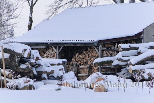 0115 Holzlager im Schnee