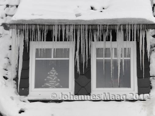 0122 Eiszapfen am Fenster