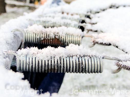 0478a Schnee auf Stahlfedern